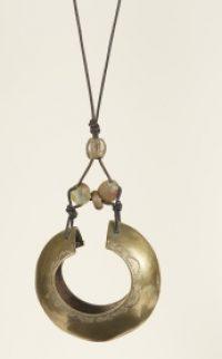 N°12 - Manchette de bronze du Cameroun monté en pendentif, pâte de verre du Ghana et perle de Bronze
